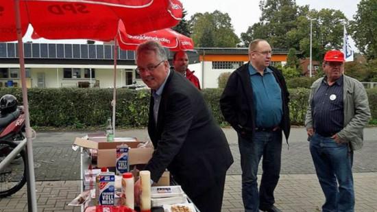 Bernhard Göllner beim Waffeln backen