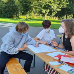 Jugendliche beim Ideen sammeln